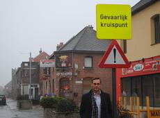 Wim Mommaers poseert aan een verkeersbord